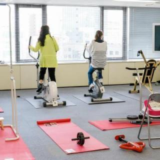 社内にトレーニング機器を導入して運動不足を解消